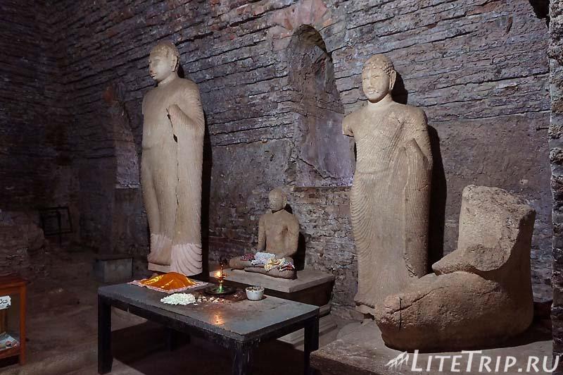 Шри-Ланка. Полоннарува - пещеры со статуями Будд.