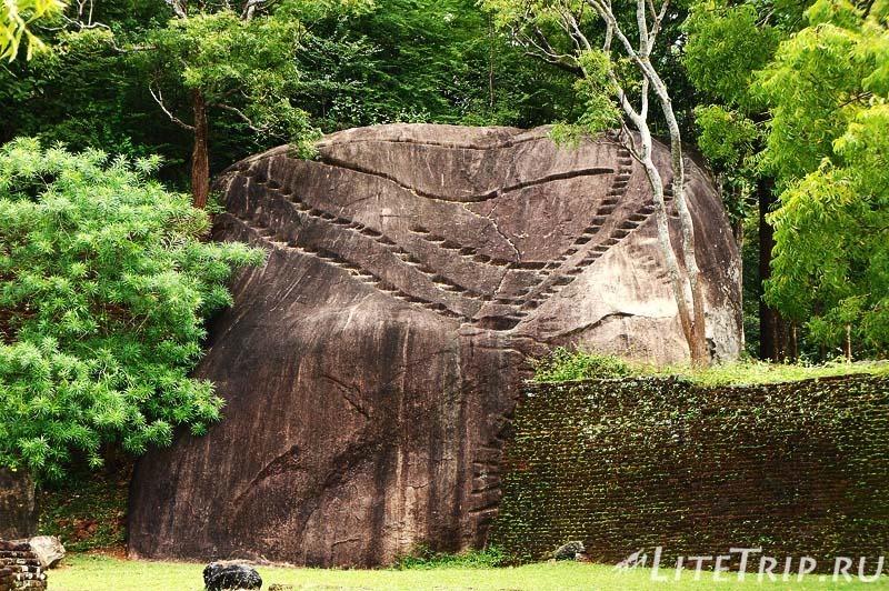 Шри-Ланка. Сигирия. Камень со ступенями.