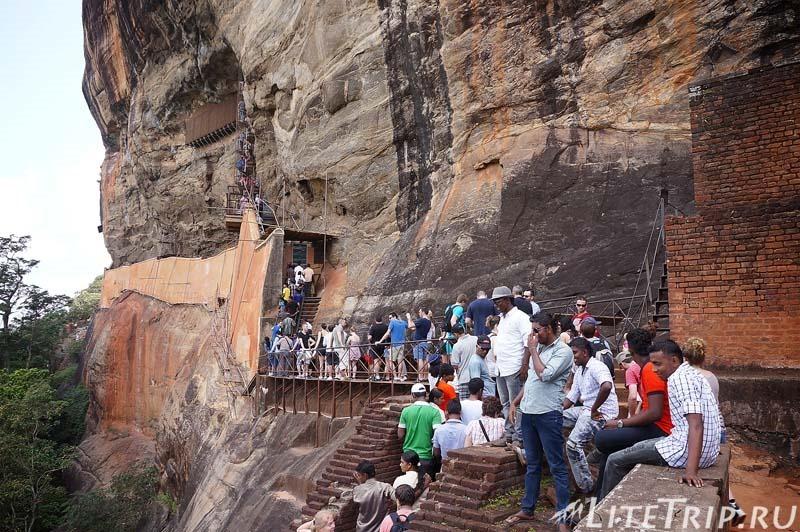 Шри-Ланка. Сигирия. Спуск со скалы.