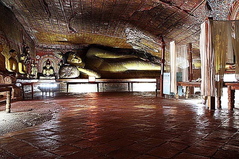 Шри-Ланка. Золотой храм в Дамбулле. Лежащий Будда.