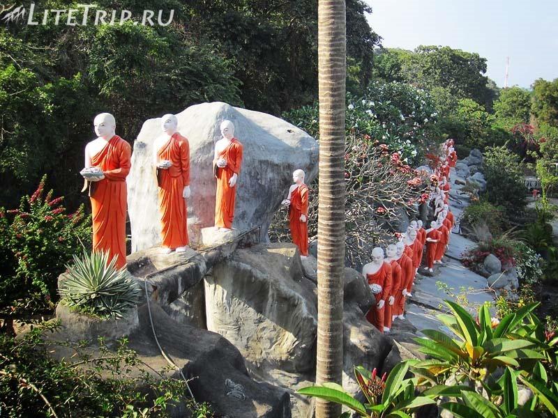 Шри-Ланка. Золотой храм в Дамбулле. Статуи монахов снаружи.