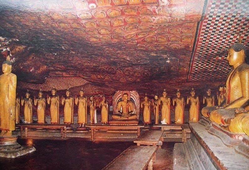 Шри-Ланка. Золотой храм в Дамбулле. Золотые статуи.