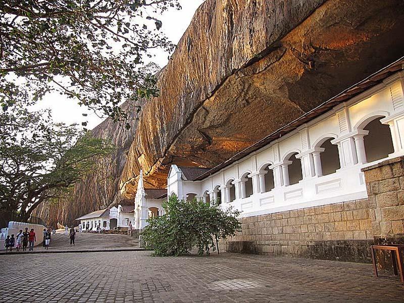 Шри-Ланка. Золотой храм в Дамбулле. Вход в пещеру.
