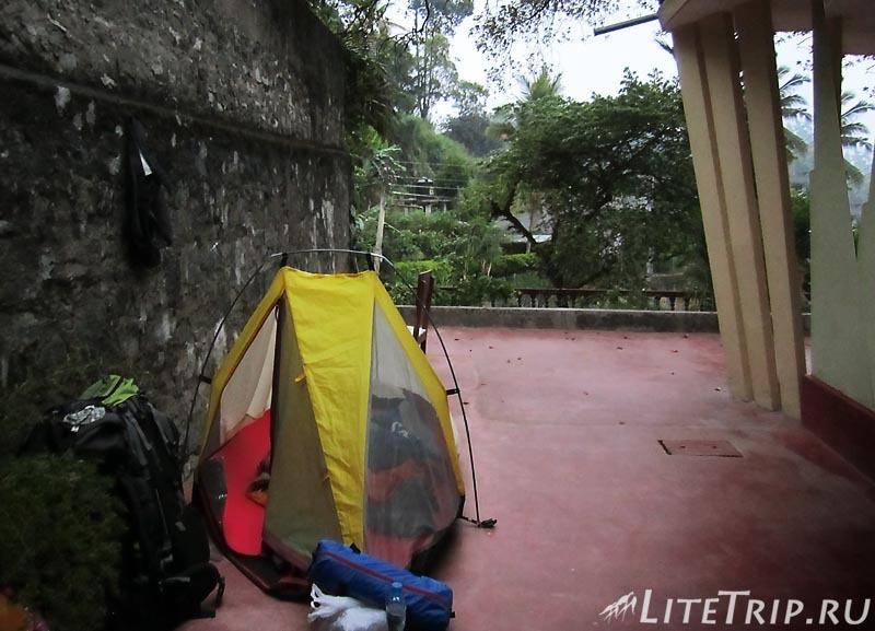 Шри-Ланка. Канди - палатка у дома.