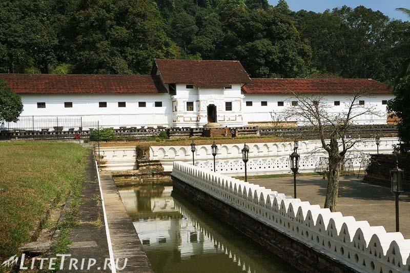 Шри-Ланка. Канди. На территории храма Зуба Будды.