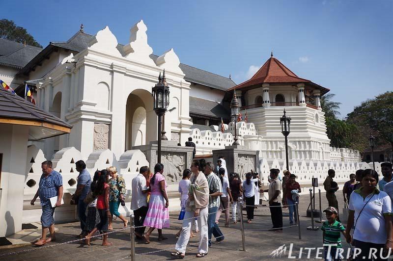 Шри-Ланка. Канди. Храм Зуба Будды - вход внутрь.