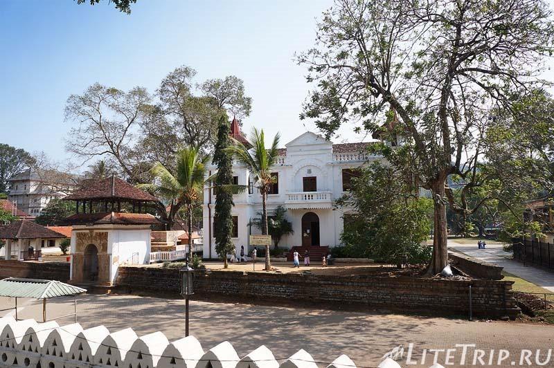 Шри-Ланка. Канди. На территории храма Зуба Будды. Второй забор.