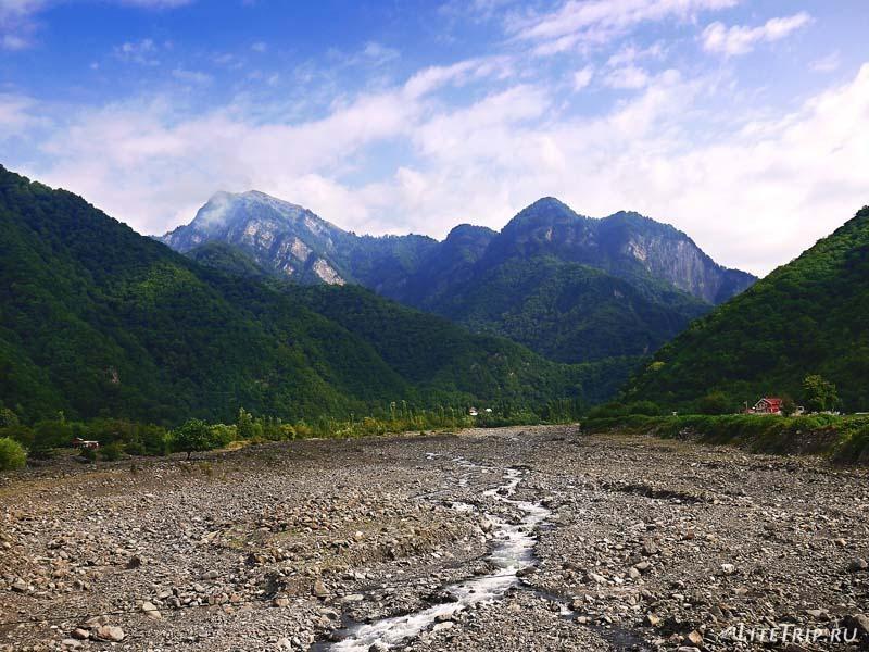 Азербайджан. За городом Кахи - река Курмухчай.