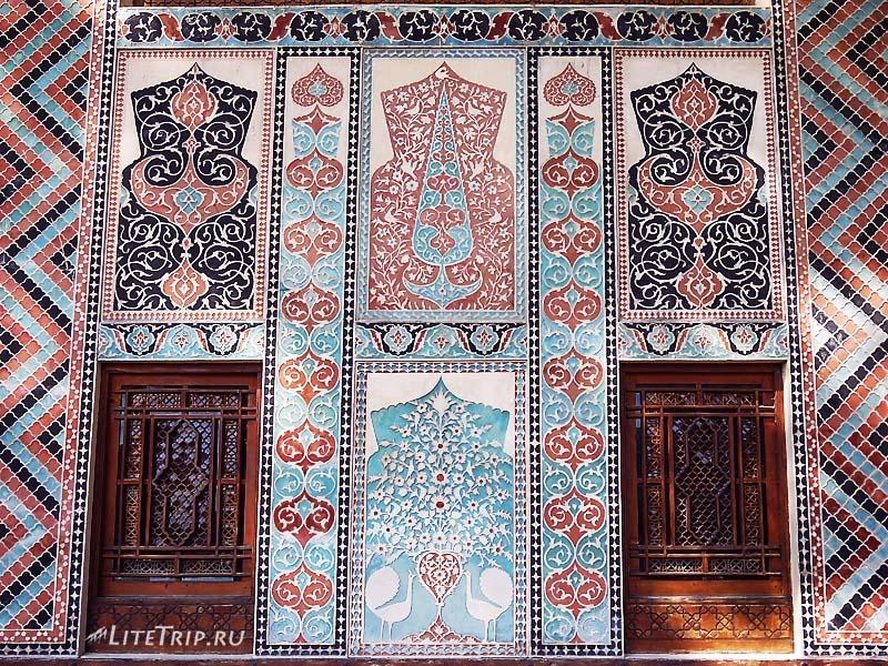 Азербайджан. Хан Сарай в городе Шеки - внешний орнамент здания.
