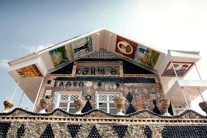 Азербайджан. Гянджа - дом из бутылок.