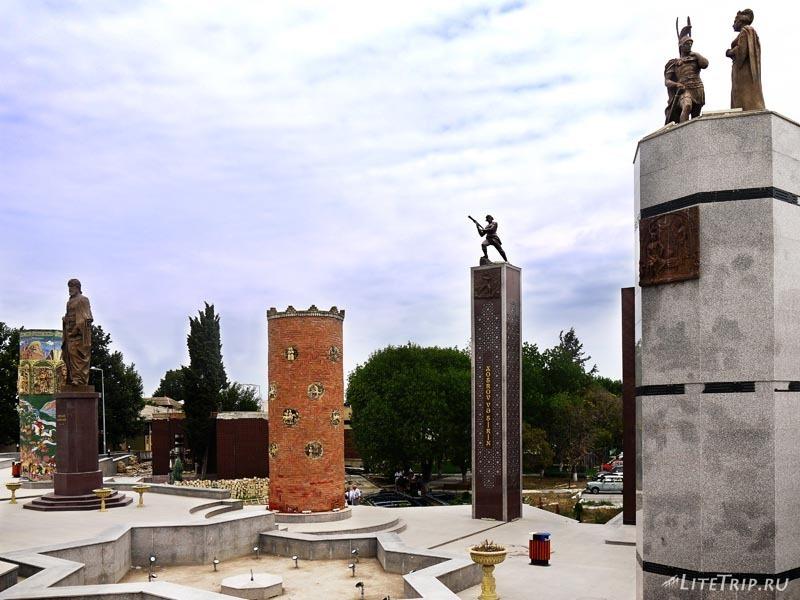 Азербайджан. Гянджа - памятник поэту.