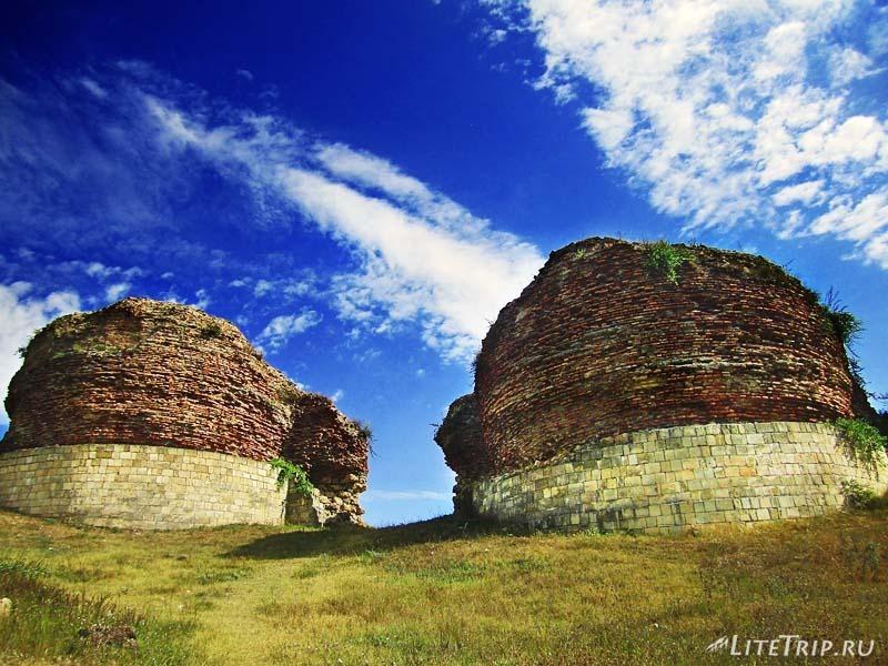 Азербайджан. Остатки башен крепости древнего города Кабала.