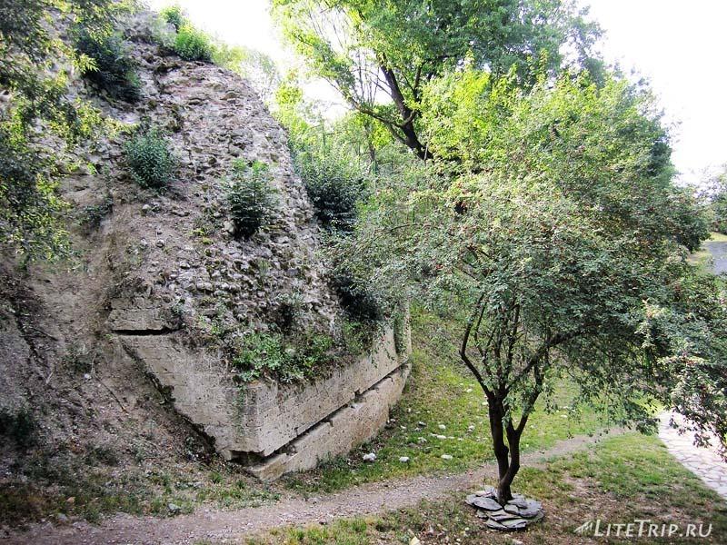 Азербайджан. Остатки стен укреплений города Кабала Кавказской Албании.