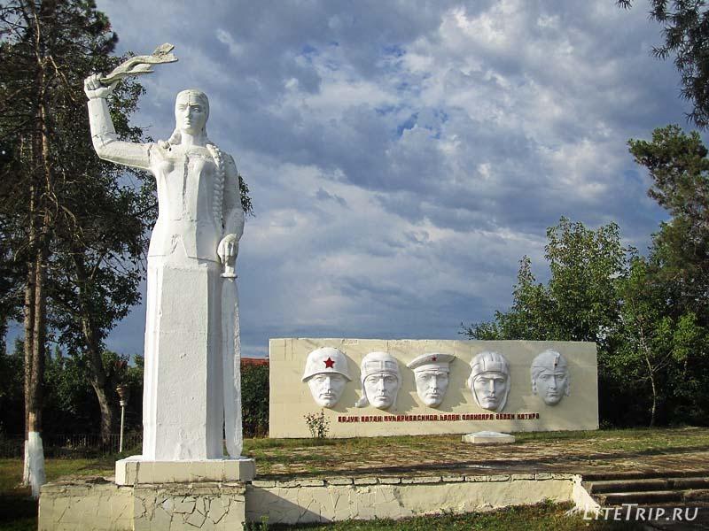 Азербайджан. Памятник погибшим недалко от Габалы.