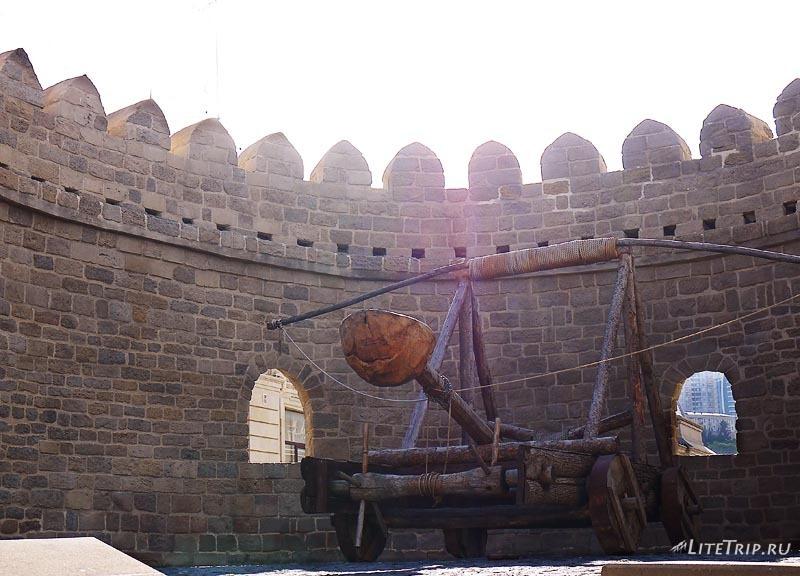 Азербайджан. Крепость Ичери-Шехер - катапульта.