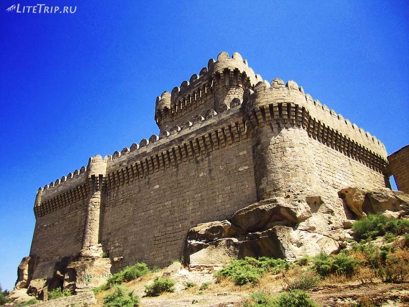 Азербайджан. Четырехугольная башня в Раманы.