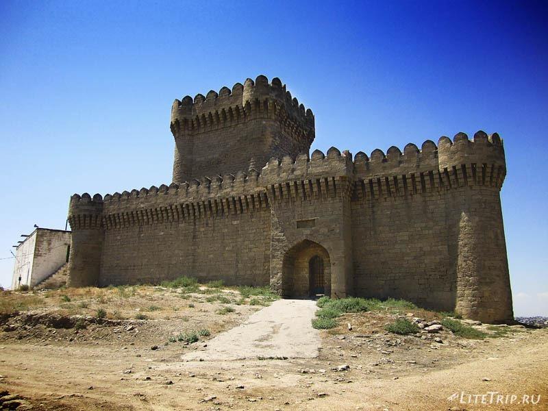 Азербайджан. Четырехугольная башня в поселке Рамана.