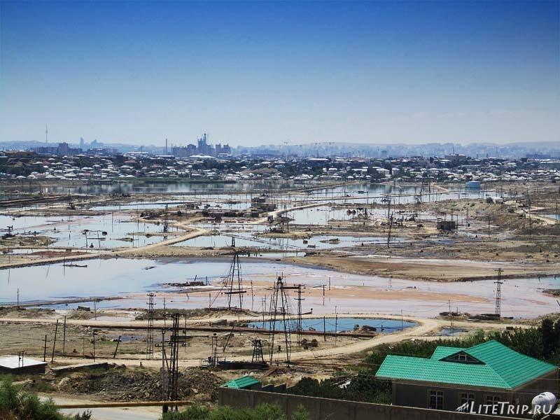 """Азербайджан. Вид на """"нефтяные озера"""" в поселке Рамана."""