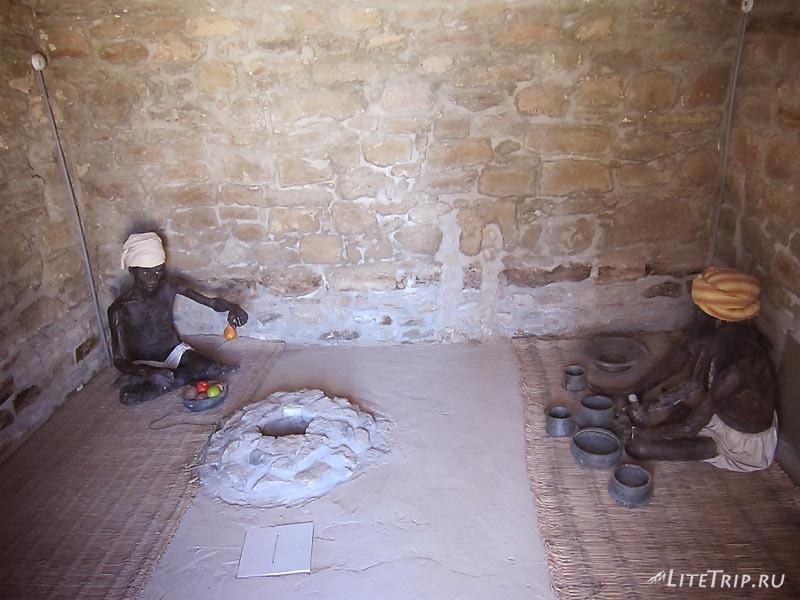 Азербайджан. Зороастрийский храм Атешгях - макеты огнепоклонников.
