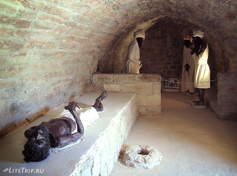 Азербайджан. Зороастрийский храм Атешгях - макеты отшельников.