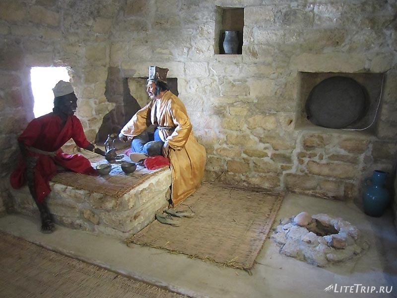 Азербайджан. Храм Атешгях - манекены в комнатах..