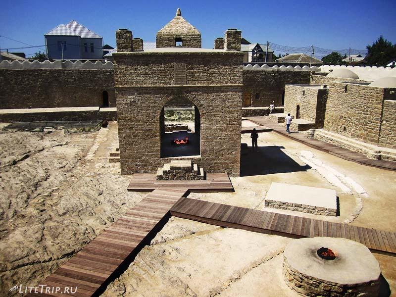 Азербайджан. Храм огнепоклонников Атешгях - алтарь.