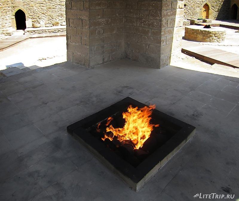 Азербайджан. Храм Атешгях - огонь в центре алтаря.