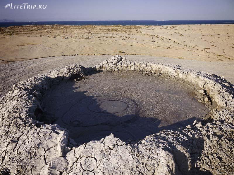 Азербайджан. Жерло большого грязевого вулкана.