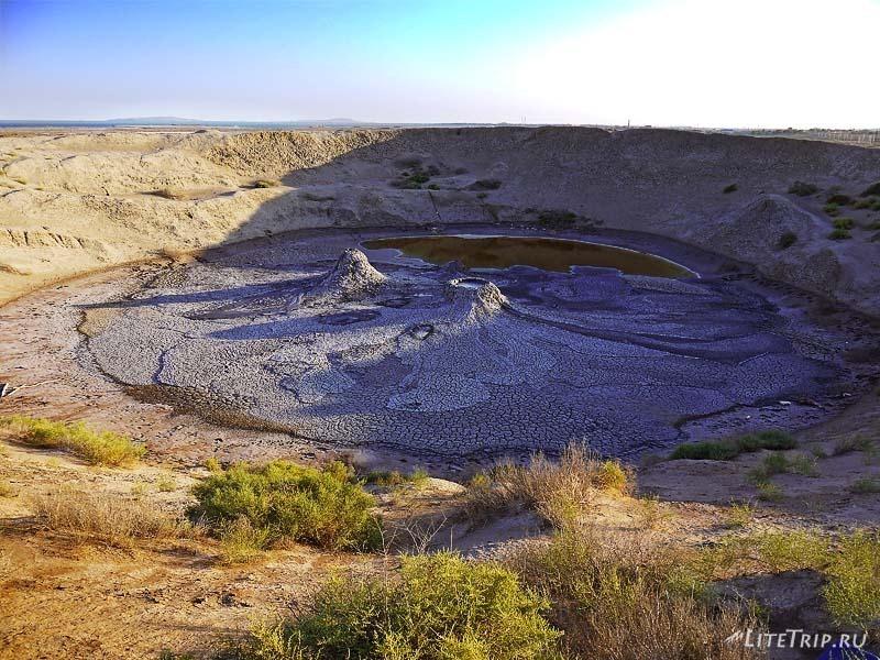 Азербайджан. Кратер с грязевыми жерлами в Гобустане.
