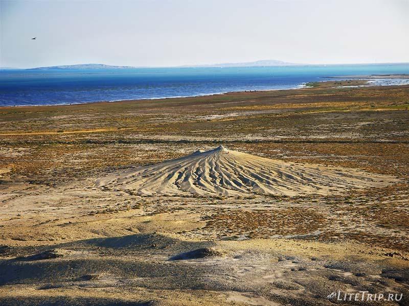 Азербайджан. Маленький грязевой вулкан издали.