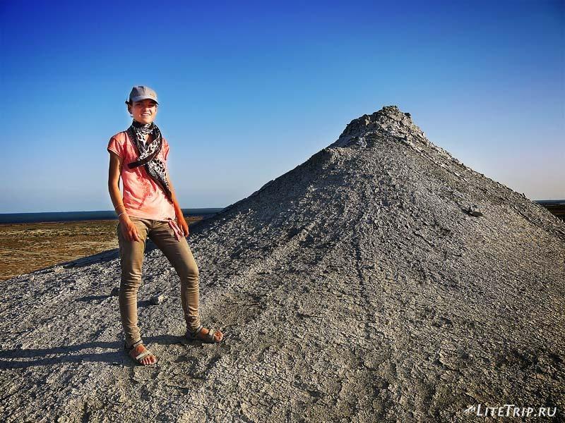 Азербайджан. Мила на грязевом вулкане в Гобустане.