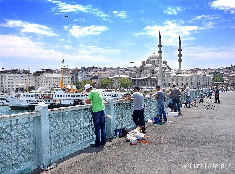 Турция. Галатский мост через пролив Босфор - рыбаки.