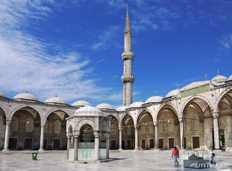 Турция. Голубая мечеть Султанахмет - двор.