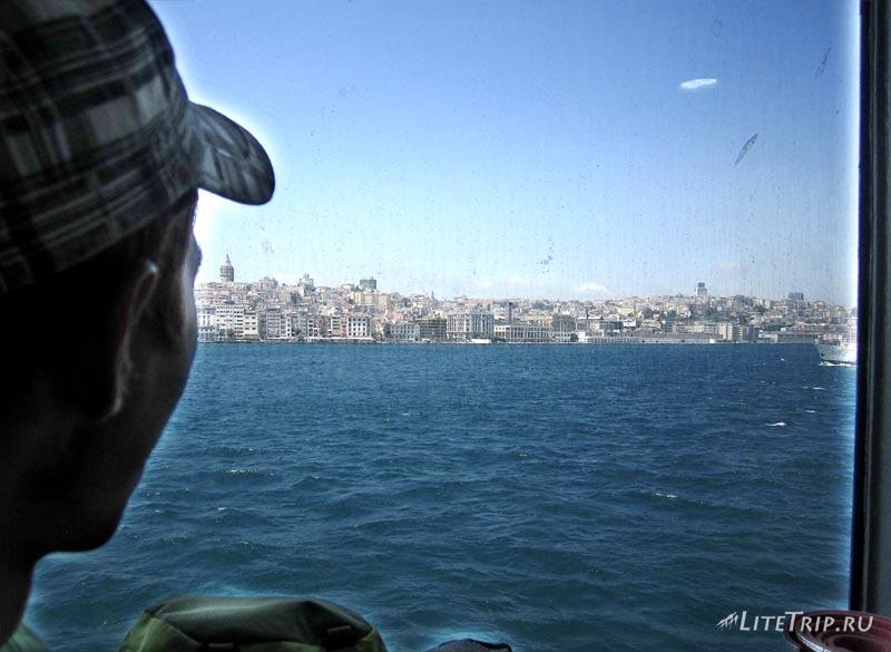 Турция. Стамбульский паром через окно.