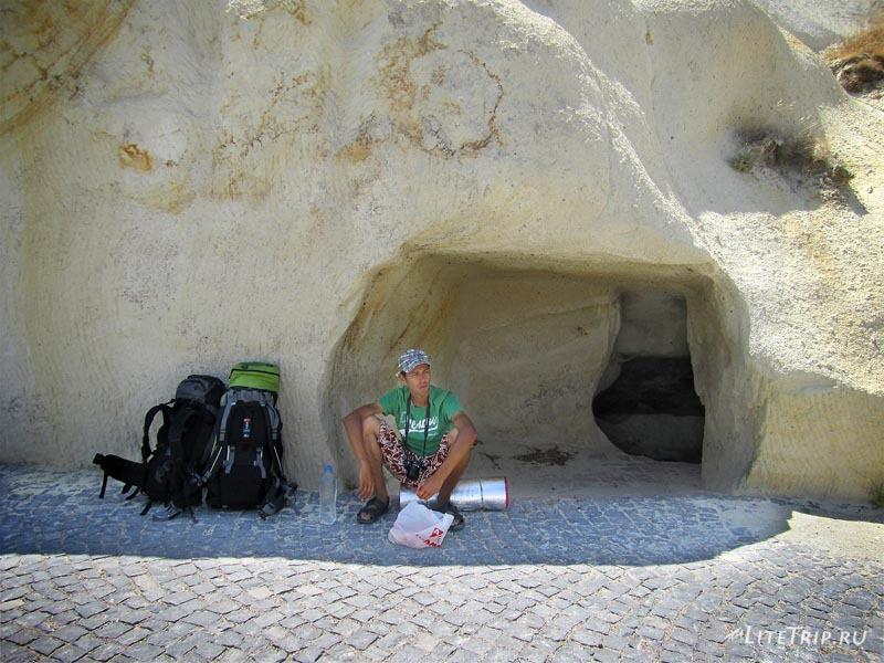 Турция. Ургюп - привал у пещеры.