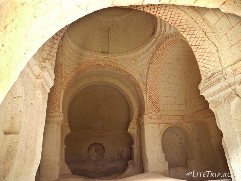 Турция. Каппадокия. Пещерная христианская церковь в Розовой долине.