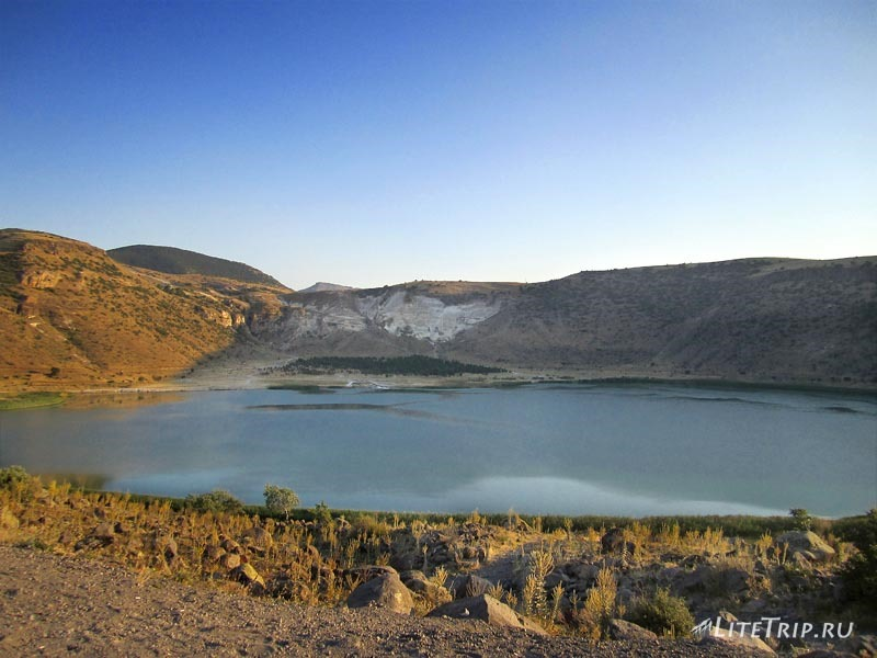 Турция. Термальное озеро Нарли - вид с дороги.