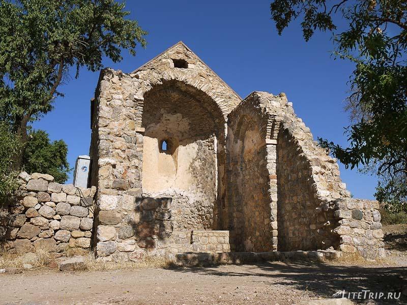 Турция. Развалины и кладбище вокруг церкви Ахтамар.