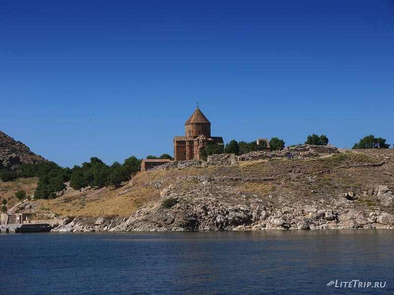 Турция. Остров Ахтамар на озере Ван.
