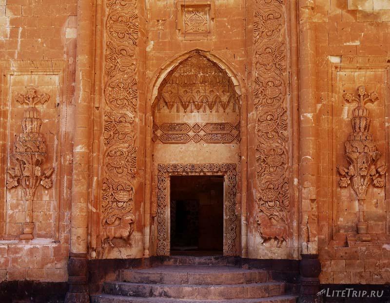 Турция. Дворец Исхак Паша - дверь во внутренний двор.