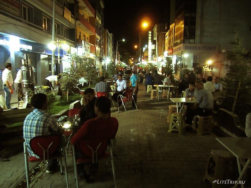 Турция. Главная улица вечером в Догубаязите.