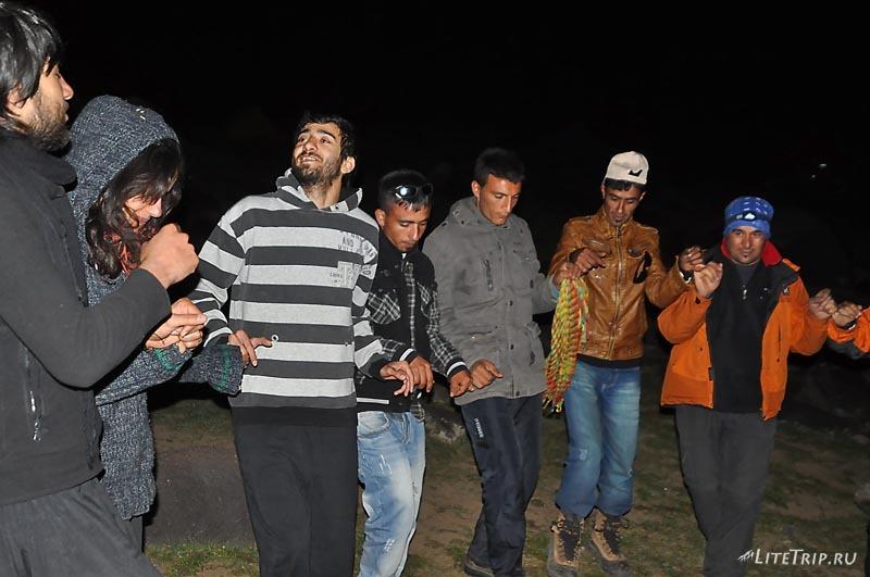 Турция. Вечер в лагере на Арарате - песни и пляски.