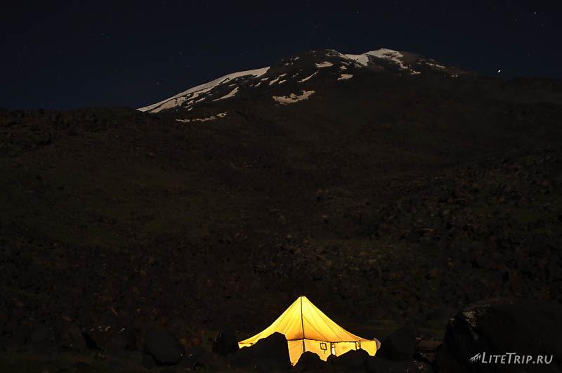 Турция. Гора Арарат на фоне звездного неба.