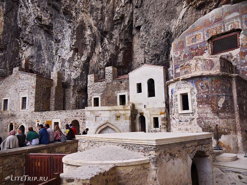 Турция. Внутренний двор Сумела монастыря.