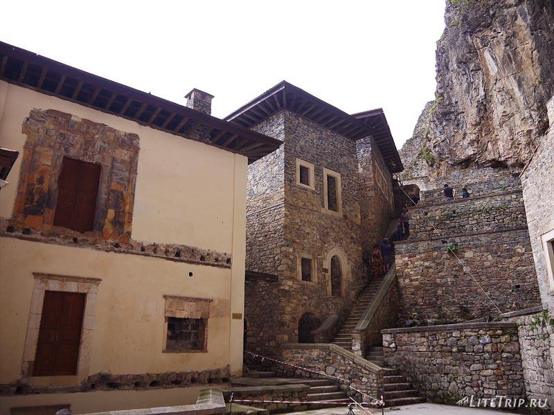 Турция. Внутренняя лестница Сумела монастыря.