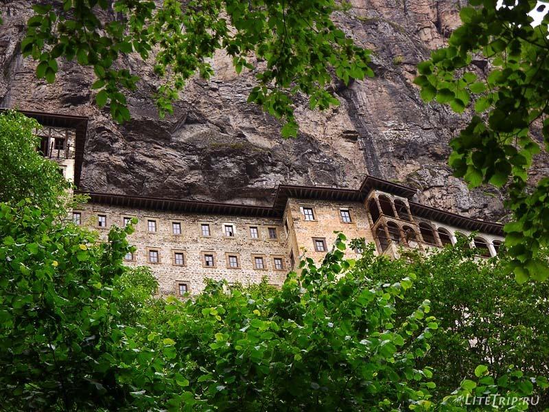 Турция. Монастырь Панагия Сумела сквозь кроны деревьев.