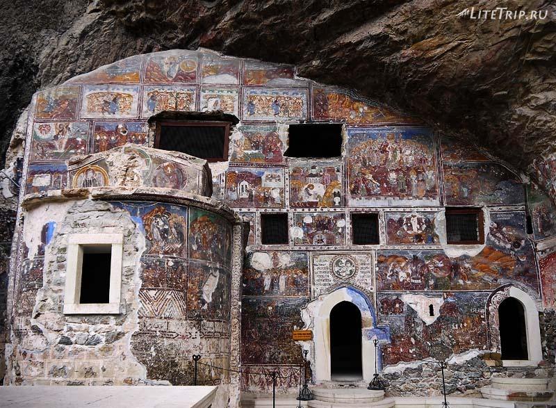 Турция. Фрески на внешних стенах строений монастыря.