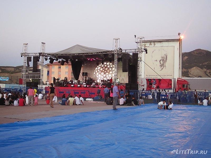 Турция. Музыкальный фестиваль в Тунджели - сидячие места.