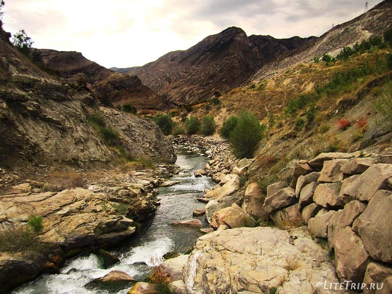 Турция. Водопады Тортум Кайи - река.