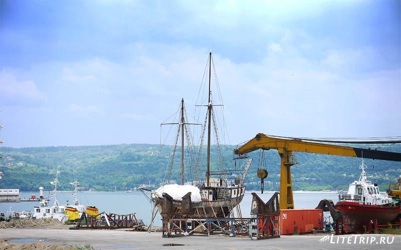Болгария. Яхта на пристани в Варне.